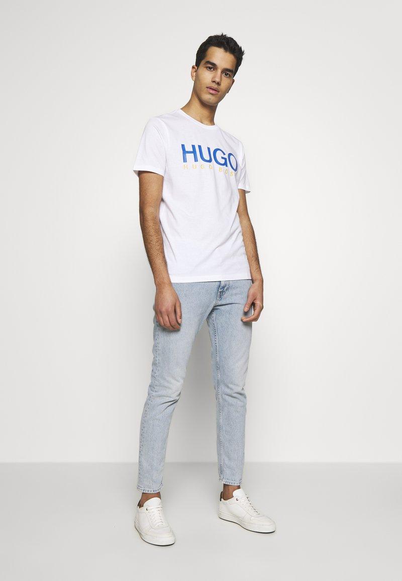 HUGO DOLIVE - T-shirts med print - white