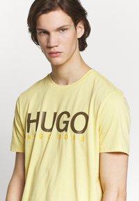 HUGO - DOLIVE - Camiseta estampada - light pastel yellow - 3