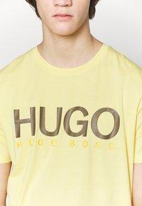 HUGO - DOLIVE - Camiseta estampada - light pastel yellow - 5