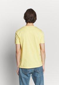 HUGO - DOLIVE - Camiseta estampada - light pastel yellow - 2