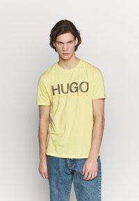 HUGO - DOLIVE - Camiseta estampada - light pastel yellow - 0