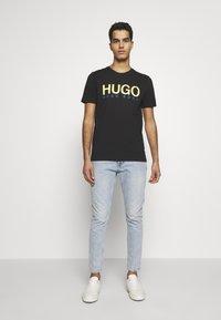 HUGO - DOLIVE - Triko spotiskem - black - 1