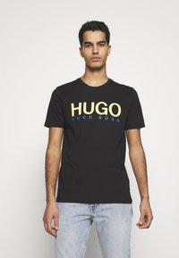 HUGO - DOLIVE - Triko spotiskem - black - 0