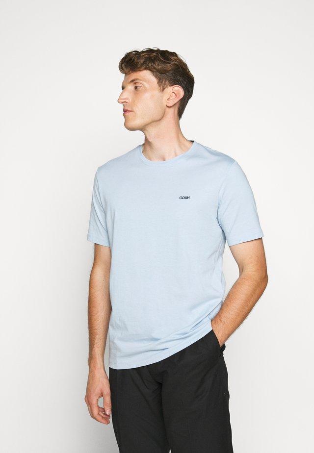 DERO - T-shirt basic - light pastel blue
