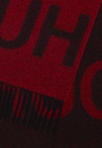 HUGO - Szal - red - 2