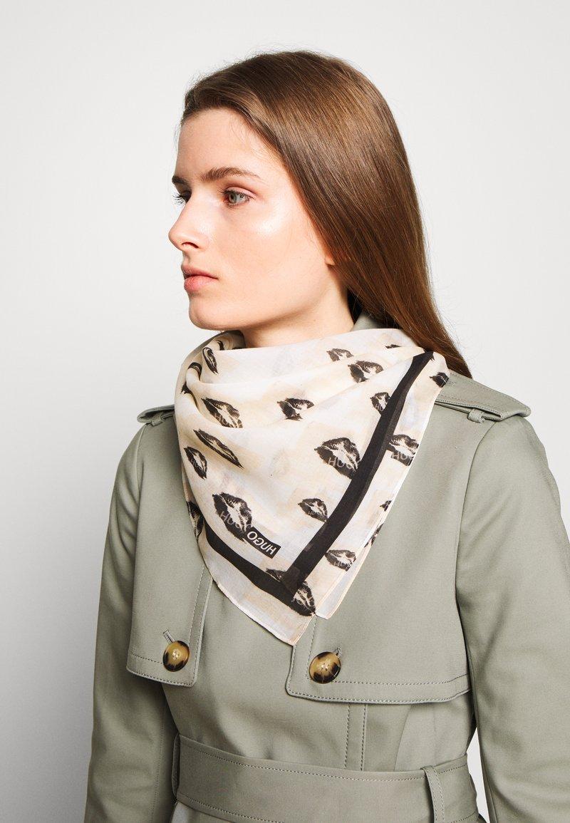 HUGO - KISSES ALL OVER PRINTED SCARF - Tørklæde / Halstørklæder - natural