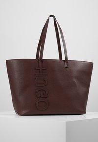 HUGO - CHELSEA - Torba na zakupy - dark brick red - 0