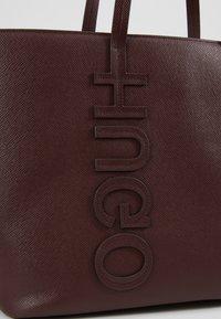 HUGO - CHELSEA - Torba na zakupy - dark brick red - 6