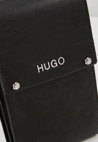 HUGO - LEYTON PHONE CASE - Taška spříčným popruhem - black - 6