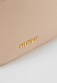 HUGO - MAIDEN BUCKET  - Torba na ramię - nude - 6