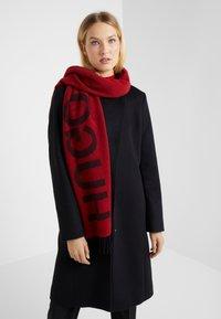 HUGO - Skjerf - red/black logo - 1
