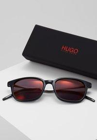 HUGO - Solglasögon - black - 2