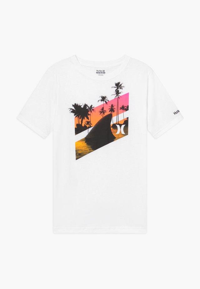 SHARK SLASH  - T-shirt med print - white