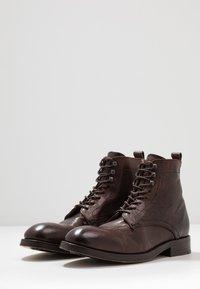 Hudson London - YEW - Botines con cordones - brown - 2