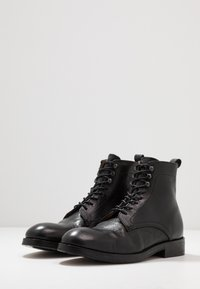 Hudson London - YEW - Botines con cordones - black - 2