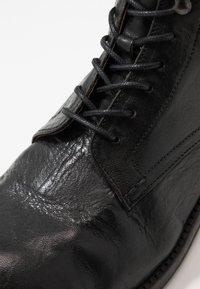 Hudson London - YEW - Botines con cordones - black - 5