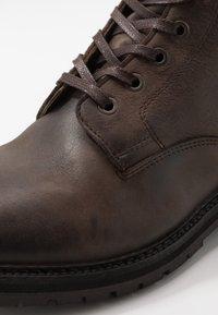 Hudson London - ABLE - Šněrovací kotníkové boty - brown - 5