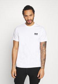 Hummel Hive - UNISEX HMLFERIE  - Camiseta estampada - white - 2