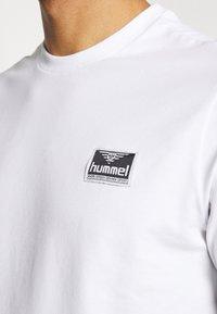 Hummel Hive - UNISEX HMLFERIE  - Camiseta estampada - white - 4