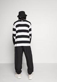 Hummel Hive - OVERSIZED PANTS - Pantalones - black - 2