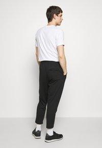 Hummel Hive - MIDDLES PANTS - Pantalones deportivos - black - 2