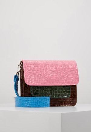CAYMAN POCKET - Skulderveske - pink