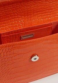 HVISK - CAYMAN SHINY STRAP BAG - Bandolera - orange - 5