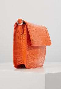 HVISK - CAYMAN SHINY STRAP BAG - Across body bag - orange - 4