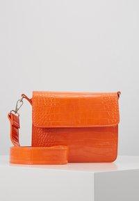 HVISK - CAYMAN SHINY STRAP BAG - Across body bag - orange - 0