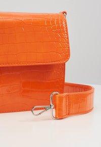 HVISK - CAYMAN SHINY STRAP BAG - Bandolera - orange - 2