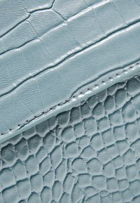 HVISK - CAYMAN SHINY STRAP BAG - Schoudertas - baby blue - 2