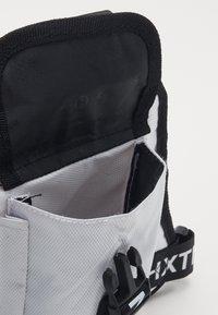 HXTN Supply - DELTA PRIME BODY BAG - Vyölaukku - white - 2
