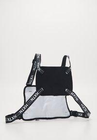 HXTN Supply - DELTA PRIME BODY BAG - Vyölaukku - white - 1