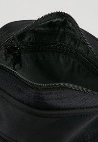 HXTN Supply - PRIME PATROL - Taška spříčným popruhem - black - 4