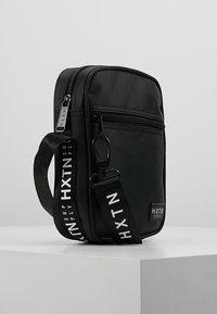 HXTN Supply - PRIME PATROL - Taška spříčným popruhem - black - 3