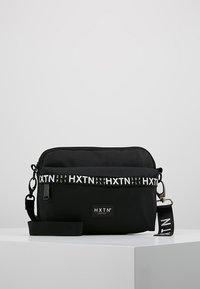 HXTN Supply - PRIME CARGO CROSSBODY - Taška spříčným popruhem - black - 0