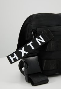 HXTN Supply - UTILITY TAPER CROSSBODY - Ledvinka - black - 7