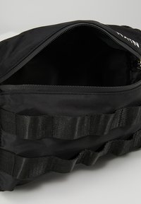 HXTN Supply - UTILITY TAPER CROSSBODY - Ledvinka - black - 4