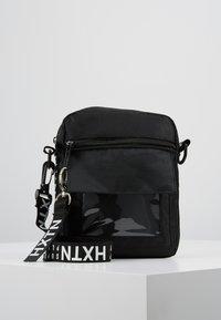HXTN Supply - PRIME WINDOW SHOULDER - Umhängetasche - black - 0