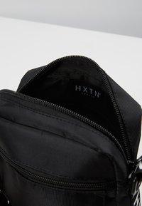 HXTN Supply - PRIME WINDOW SHOULDER - Umhängetasche - black - 4