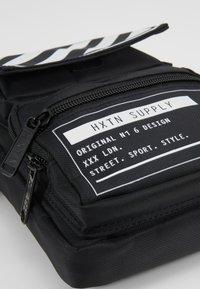 HXTN Supply - UTILITY TACTICAL SHOULDER - Torba na ramię - black - 7