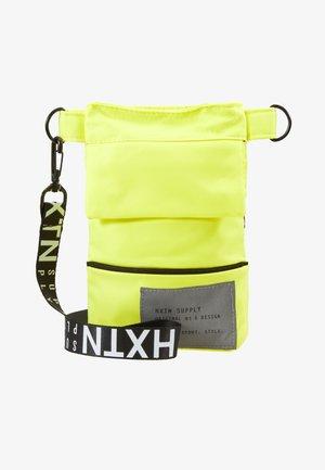 PRIME SHOULDER POUCH - Taška spříčným popruhem - neon yellow
