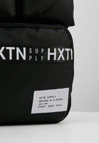 HXTN Supply - UTILITY TRAVELLER - Batoh - black - 8