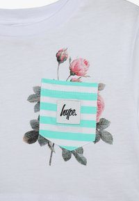 Hype - KIDS CROP ROSE POCKET - T-shirt imprimé - white/multicolor - 3