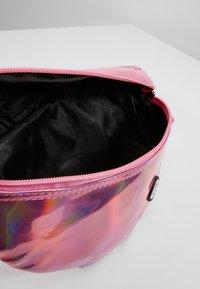 Hype - BUMBAG - PINK HOLOGRAPHIC - Taška spříčným popruhem - pink - 5
