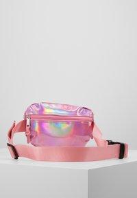 Hype - BUMBAG - PINK HOLOGRAPHIC - Taška spříčným popruhem - pink - 3