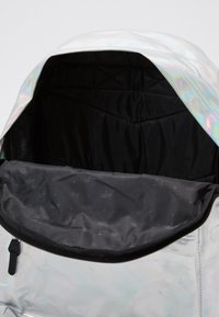 Hype - BACKPACK HOLOGRAPHIC - Mochila - silver - 2