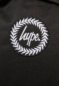 Hype - BADGE BACKPACK - Reppu - black - 6