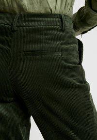 ICHI - Bukse - dark green - 5