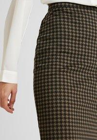 ICHI - KATE HOUNDS SKIRT - Pouzdrová sukně - dark olive - 4